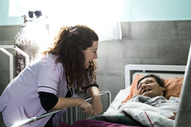 La médica Paula Sixto, en uno de los hogares de alta dependencia