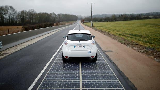 En Normandía, Francia, inauguraron el primer tramo de pavimento con paneles solares incorporados