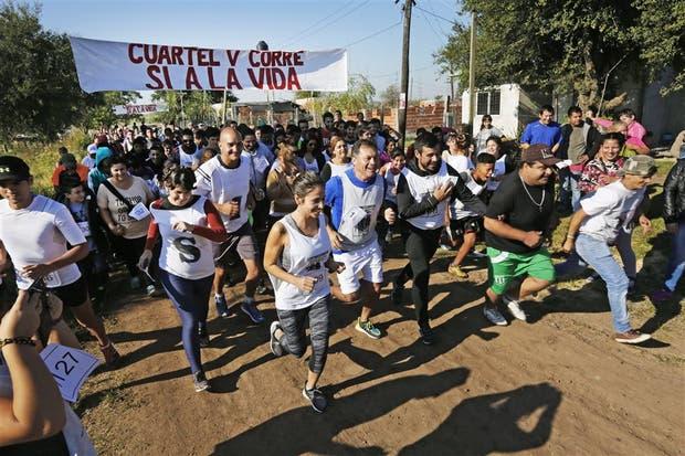 Más de mil personas corrieron ayer en Moreno para apoyar a un sacerdote