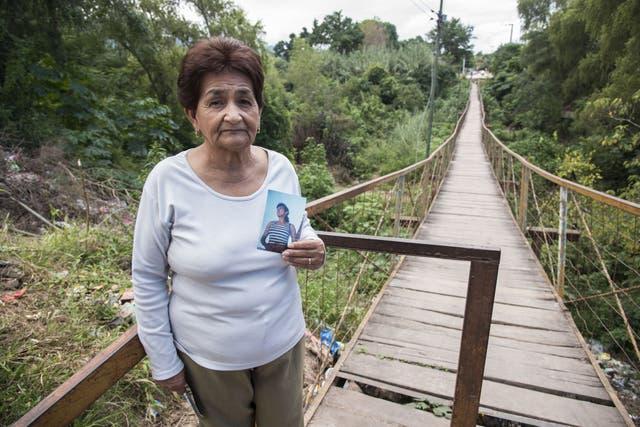 Reclamo de Justicia. Elida muestra la imagen de su hija Liliana Ledesma asesinada en esa pasarela