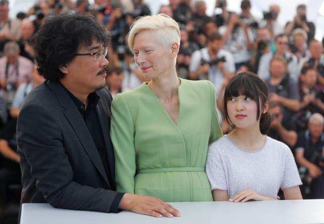 El director Bong Joon-ho, Tilda Swinton (nuevamente villana, como en Snowpiercer) y la pequeña Seo-Hyun Ahn, ante las cámaras
