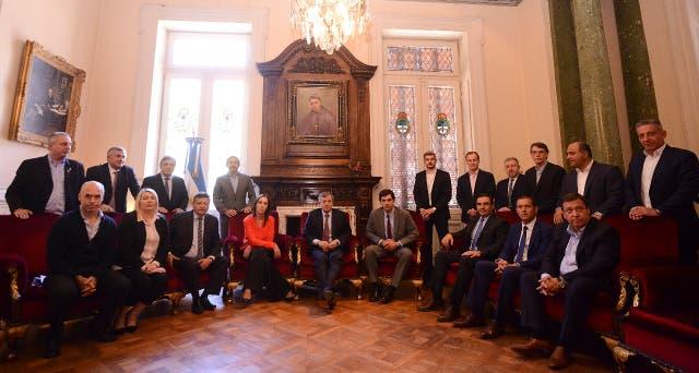 Los gobernadores durante la reunión en Diputados, que comenzó minutos antes del horario en que estaba previsto el comienzo de la sesión