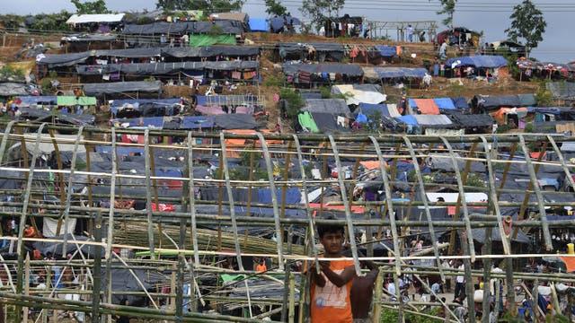Las personas improvisan carpas en los campos de refugiados
