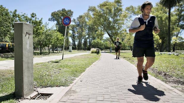 Un bebedero imposible de activar por la falta de grifería en el lago Regatas de Palermo