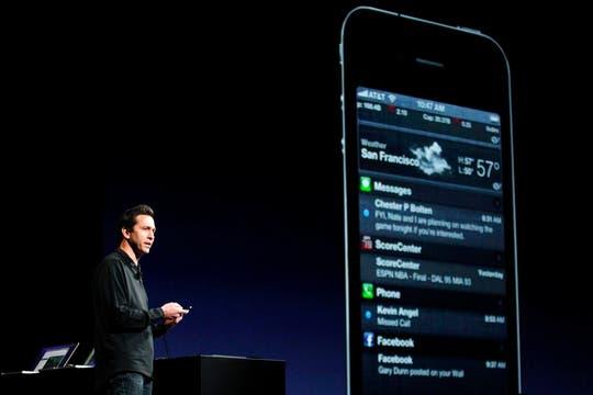 Scott Forstall, vicepresidente de Desarrollo de iOS, muestra los cambios en el sistema operativo para móviles de Apple. Foto: Reuters