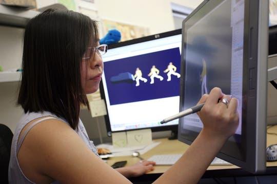 La ilustradora Jennifer Hom trabaja en el doodle conmemorativo de Freddie Mercury. Foto: AFP