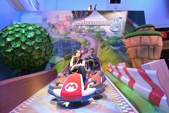 Uno de los stands de Nintendo con una visitante de la E3, en la presentación del catálogo de juegos de la compañía para la Wii U y la consola portátil 3DS.