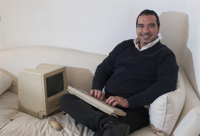 El publicitario Sergio Pollaccia, con su Apple Macintosh de 1984 , que todavía funciona