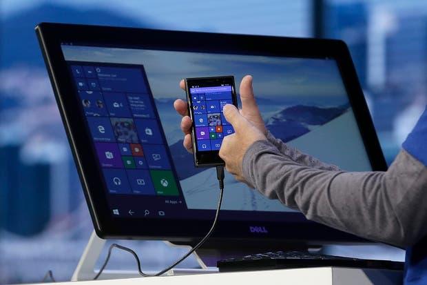 Un teléfono con Windows 10 da vida a a versión para PC de escritorio de este sistema operativo, en la presentación de Microsoft de ayer