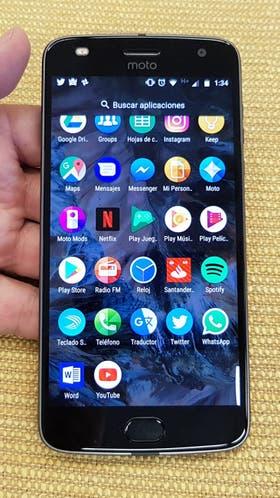 El Moto Z2 Play mantiene la pantalla Full HD de 5,5 pulgadas y la silueta general, necesaria para que sea compatible con los MotoMods anteriores