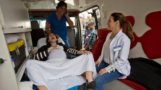 Sebastián Estevanéz y Eleonora Wexler ensayarán un parto de urgencia en una ambulancia. Foto: LA NACION / Fernando Massobrio