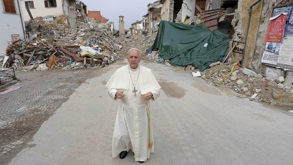 Francisco caminó por las calles aún llenas de escombros. Foto: Osservatore Romano/Handout vía Reuters