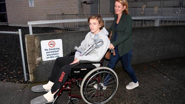 Sam Kanizay llega junto a su madre al hospital de Dandenong, cerca de Melbourne, después de que sufriera los ataques de pequeños animales marinos sin identificar al salir del mar el pasado día sábado en la playa de Brighton