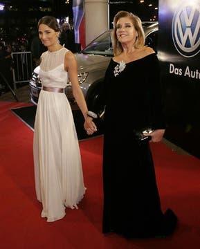Madre e hija, de negro y blanco: Juanita y Marcela se destacaron por la elegancia y distinción de sus vestidos. Foto: DyN