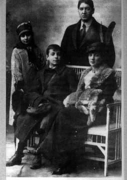 En familia: Jorge Borges (padre), Leonor Acevedo de Borges (madre) y su hermana Norah. Foto: Archivo / LA NACION