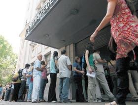 En la sede de Azopardo y México se forman largas filas de gente que quiere tramitar su pasaporte