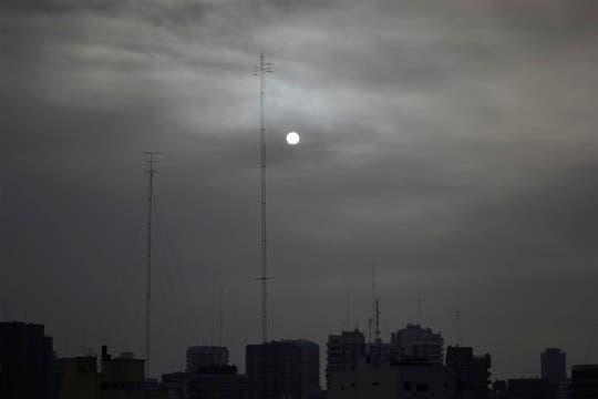 Las cenizas le cambiaron la cara al sol, Barrio de Belgrano. Foto: Juan Manuel Rodriguez Porta