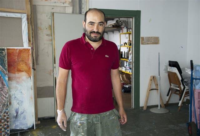 En su taller, Manuel Esnoz escucha hablar a los vecinos en varios idiomas