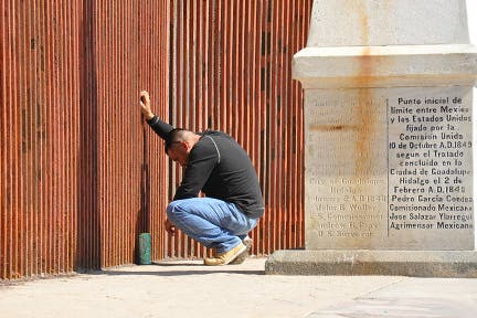 La fila es para comer: los más pobres de Tijuana y centenares de migrantes dependen de los centros comunitarios y organizaciones de caridad