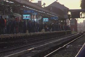 En la estación Liniers se acumula cada vez más gente por la demora en el Sarmiento