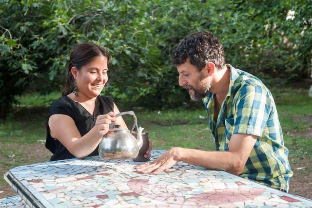 Sergio y Mónica comparten unos mates una tarde de enero