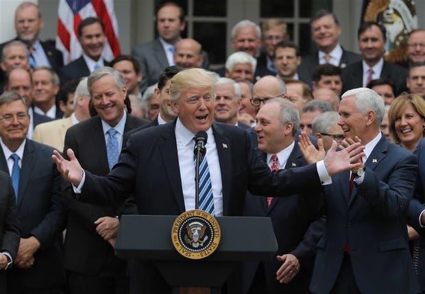 Trump, ayer, junto con Pence y congresistas republicanos tras la votación contra el Obamacare