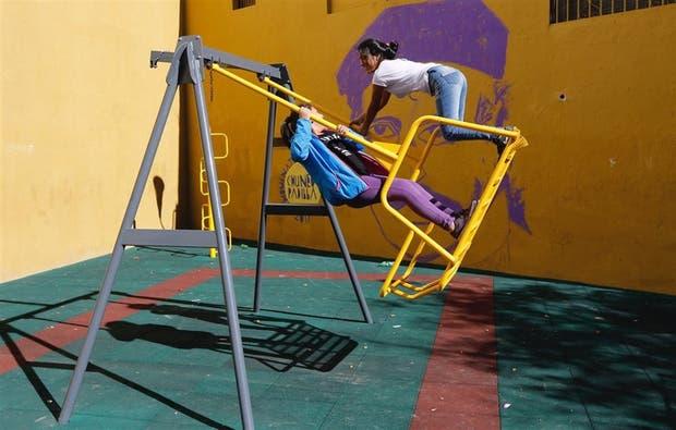 Las hamacas espaciosas para chicos en silla de ruedas muchas veces son usadas para divertirse en grupo