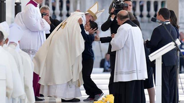 Francisco abrazó a Lucas Maeda Mourao, el niño brasileño que se salvó de una caída mortal gracias a lo que se considera un milagro por intercesión de los pastorcitos ahora santos.