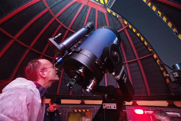 Diego Giraudi, uno de los miembros del Observatorio San José, prueba el telescopio reflector recién instalado