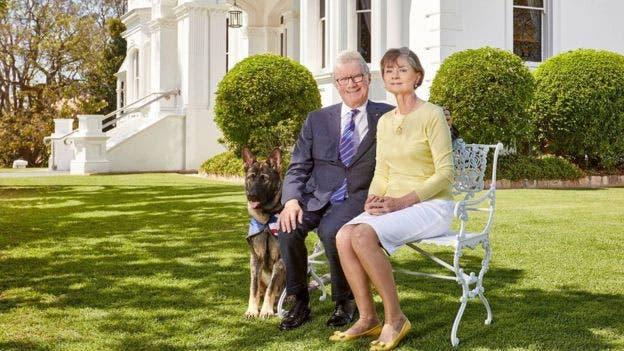 El gobernador de Queensland y su esposa, con Gavel