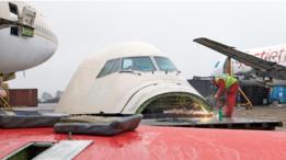 Los ingenieros desarman cada avión pieza por pieza.