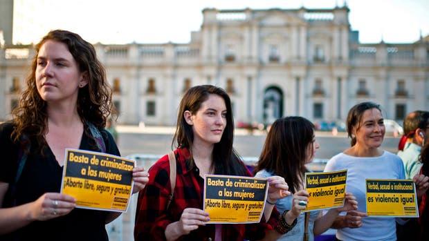 Militantes a favor del aborto se manifestaron frente a los parlamentarios chilenos