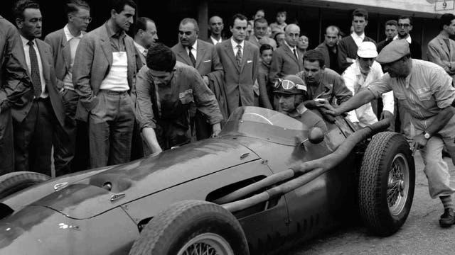 Fangio saliendo de boxes al comando de la Maserati 250F