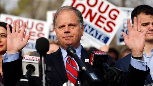 El candidato demócrata a senador Doug Jones, en Alabama, Estados Unidos