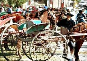 Es sábado, día de fiesta en Simoca; los lugareños llegan en sus carruajes para sumarse a la feria del lugar