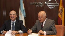 El presidente de Repsol YPF, Antonio Brufau, firma el acuerdo de venta con el responsable del Grupo Petersen, Enrique Eskenazi