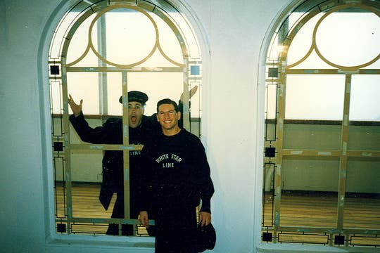 """Juan Ignacio y Luis, vestidos de marineros, en uno de los salones de """"primera clase"""" del barco. Foto: Gentileza Luis Incisa"""