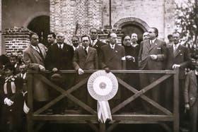 Feliciano Manubens Calvet, el segundo a la derecha, en el palco oficial durante los festejos por el 9 de Julio en 1960 en Villa Dolores, donde fue dos veces intendente