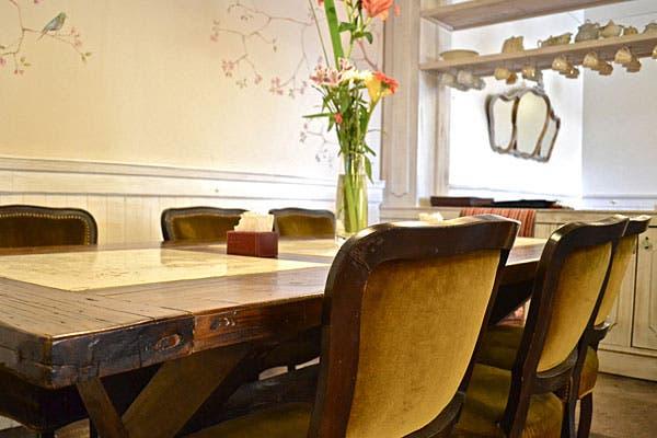 En el interior hay muebles de estilo que te hacen sentir como si estuvieras en el living de tu casa. Foto: Gentileza Friks