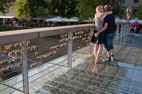 Los enamorados en el puente Mesarski en Liubliana, Eslovenia. Foto: Corbis