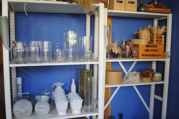 Floreros en vidrio y cerámica. Foto: Cecilia Wall