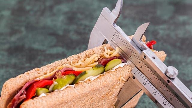 Reducir la porción de aquellos alimentos calóricos o solo consumirlos una vez cada tanto es mejor que eliminarlos por completo de la dieta