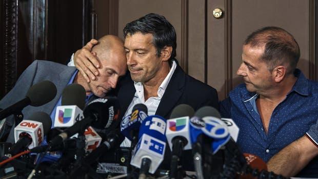 Iván Brajkovic, Guillermo Bianchini y Juan Pablo Trevisan, conmovidos luego de dar su mensaje, en Nueva York
