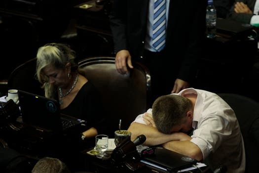 A la par de los gritos, bostezos y siestas; el debate lleva más de 19 horas. Foto: LA NACION / Aníbal Greco