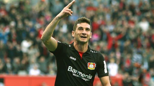 Alario celebra su primer gol en Leverkusen
