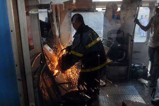 Un tren de la línea Sarmiento no logró frenar al llegar a la estación y chocó contra el andén. Foto: Télam