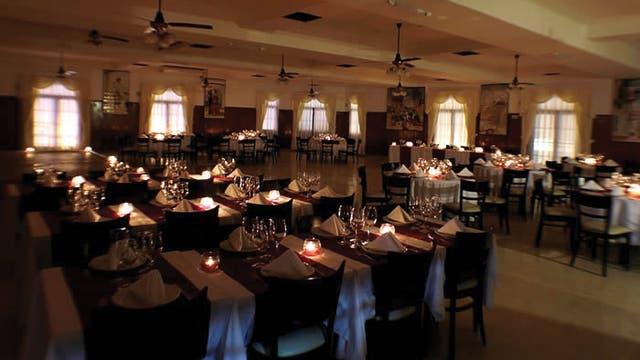 Además de exquisita cocina española, en El Mesón se puede disfrutar de cena shows de flamenco y tango