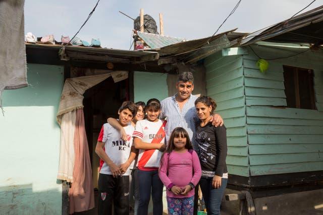 Débora Villarreal y su familia, en la puerta de su casa