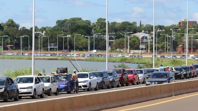 Largas colas de autos argentinos aguardan para cruzar a Encarnación, Paraguay