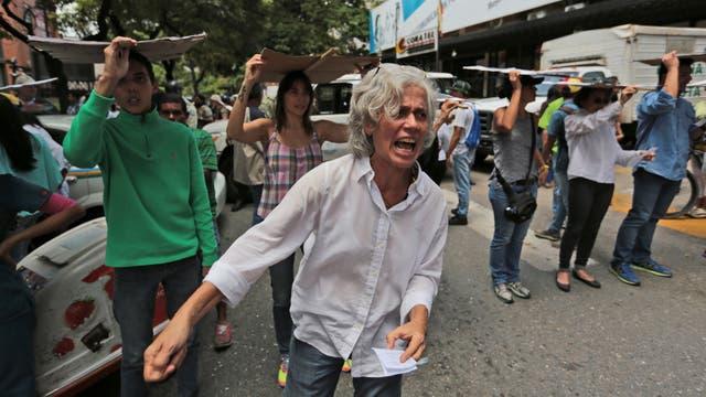 Una mujer protesta en las calles de Caracas tras el discurso de Maduro.